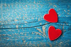 Cartolina d'auguri di giorno di biglietti di S. Valentino del san Cuori rossi sulla vista di legno blu del piano d'appoggio Immagine Stock Libera da Diritti