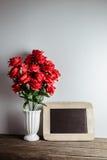 Cartolina d'auguri di giorno dei biglietti di S Fiori e lavagna della rosa rossa sopra Fotografia Stock Libera da Diritti