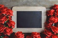 Cartolina d'auguri di giorno dei biglietti di S Fiori e lavagna della rosa rossa sopra Immagini Stock