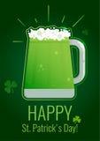 Cartolina d'auguri di giorno del ` s di St Patrick con birra verde su fondo scuro con l'acetosella Immagini Stock Libere da Diritti