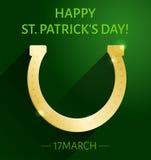 Cartolina d'auguri di giorno del ` s di St Patrick con il ferro di cavallo dell'oro su fondo verde scuro Fotografie Stock Libere da Diritti