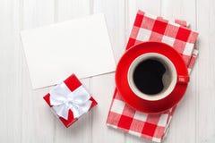Cartolina d'auguri di giorno di biglietti di S. Valentino, contenitore di regalo e tazza di caffè Fotografie Stock