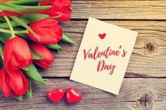 Cartolina d'auguri di giorno tulipani e del ` rossi s del biglietto di S. Valentino fotografia stock libera da diritti