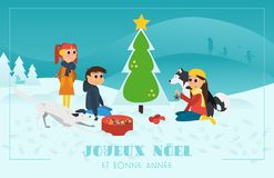 Cartolina d'auguri di Natale: Bambini con i cani che decorano l'albero di Chrismas nel paesaggio di Snowy fotografia stock