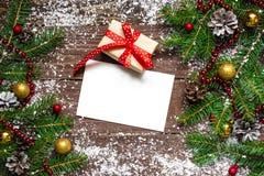 Cartolina d'auguri di Natale con il contenitore e la decorazione di regalo Fotografia Stock