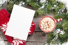 Cartolina d'auguri di Natale con l'albero di abete e cioccolata calda con marzo Fotografia Stock