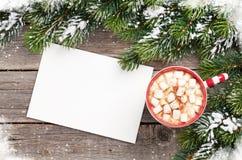 Cartolina d'auguri di Natale con l'albero di abete e cioccolata calda con marzo Fotografia Stock Libera da Diritti