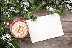 Cartolina d'auguri di Natale con l'albero di abete e cioccolata calda con marzo Immagini Stock