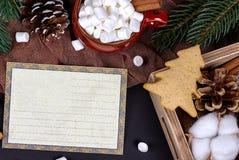 Cartolina d'auguri di Natale con la tazza di rosso del marshmellow dei coni Immagine Stock