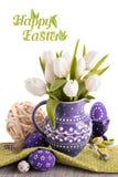 Cartolina d'auguri di Pasqua con i tulipani bianchi in brocca e nel matchin porpora Fotografia Stock