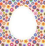 Cartolina d'auguri di Pasqua con l'uovo ed il reticolo fiorito Fotografia Stock