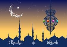 Cartolina d'auguri di Ramadan Mubarak con una luna araba dell'iscrizione Iscrizione disegnata a mano di calligrafia Il Ramadan be Fotografie Stock