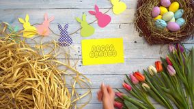 Cartolina d'auguri di vista superiore di simboli di celebrazione di Pasqua stock footage