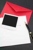 Cartolina d'auguri e busta rossa fotografia stock libera da diritti
