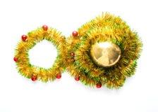 Cartolina d'auguri fatta del telaio giallo e verde del lamé con le palle rosse di natale Fotografia Stock Libera da Diritti