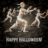 Cartolina d'auguri felice di Halloween con le mummie di camminata royalty illustrazione gratis