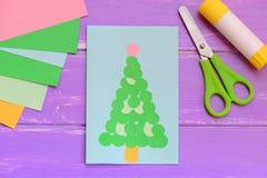 Cartolina d'auguri luminosa con l'albero di Natale Cartolina d'auguri di Natale, cancelleria su un fondo di legno Progetto di car immagine stock