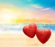 Cartolina d'auguri per il giorno del ` s del biglietto di S. Valentino, con due cuori rossi Immagini Stock