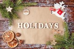 Cartolina d'auguri per il nuovo anno con le feste dell'iscrizione, allineata con le lettere d'annata di legno Immagine Stock