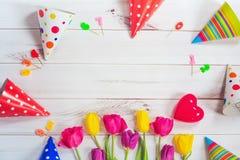 Cartolina d'auguri per la ragazza di principessa Tulipani, cappello del partito, candela, rossa Fotografie Stock