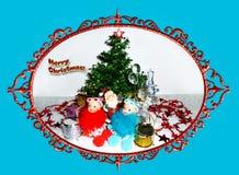 Cartolina d'auguri per natale Due bambole nubili e Santa Claus della neve vicino all'albero di Natale illustrazione vettoriale