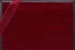 Cartolina d'auguri rossa del velluto con il nastro Fotografia Stock