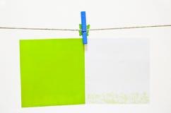 Cartolina d'auguri verde della holding del clothes-pin Immagini Stock Libere da Diritti