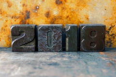 cartolina di design industriale di 2018 anni Cifre artistiche variopinte sul fondo arrugginito del metallo Retro manifesto di nat Fotografia Stock Libera da Diritti