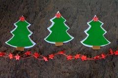 Cartolina di Natale Albero di Natale fatto di feltro e delle stelle decorative Fotografia Stock