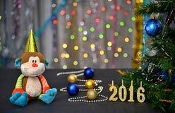 Cartolina di Natale 2016 Anno della scimmia Scimmia del giocattolo Immagini Stock