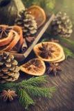 Cartolina di Natale Arance secche, pinecone e rami dell'abete, scelti Fotografia Stock
