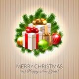 Cartolina di Natale, bagattelle brillanti e contenitori di regalo sui rami dell'abete Immagine Stock