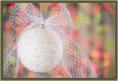 Cartolina di Natale bianca dell'arco del briciolo e dell'ornamento immagini stock libere da diritti