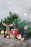 Cartolina di Natale, candele, orologio, fondo di legno, rami di albero, bastoncini di zucchero, notte di San Silvestro immagine stock libera da diritti