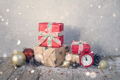 Cartolina di Natale, candele, orologio, fondo di legno, rami di albero, bastoncini di zucchero, notte di San Silvestro fotografie stock libere da diritti