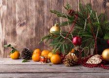 Cartolina di Natale Composizione nel nuovo anno con il mandarino su fondo di legno Fotografia Stock