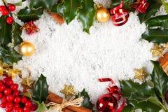 Cartolina di Natale con agrifoglio, cannella, nastro Fotografie Stock Libere da Diritti
