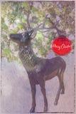 Cartolina di Natale con i cervi e la palla rossa fotografie stock libere da diritti