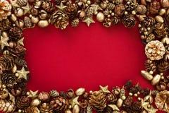 Cartolina di Natale con il cono e le stelle di abete dell'oro Immagine Stock