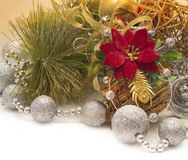 Cartolina di Natale con il fiore e le palle rossi Immagini Stock