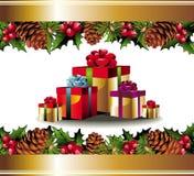 Cartolina di Natale con il pinecone, i regali e l'agrifoglio Fotografia Stock