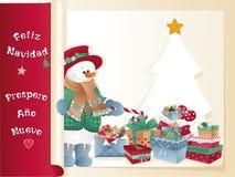 Cartolina di Natale con il pupazzo di neve, i regali e l'albero Immagini Stock