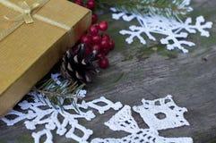 Cartolina di Natale con il regalo e la decorazione immagini stock