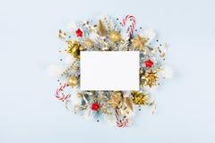 Cartolina di Natale con l'albero di abete del anf delle decorazioni di festa fotografie stock libere da diritti