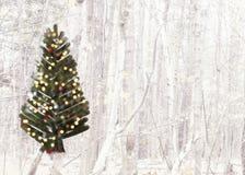 Cartolina di Natale con l'albero spazzolato su un fondo del paesaggio della foresta Fotografie Stock Libere da Diritti