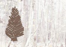 Cartolina di Natale con l'albero spazzolato su un fondo del paesaggio della foresta Fotografia Stock