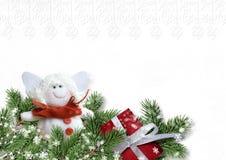 Cartolina di Natale con l'angelo e regalo su Libro Bianco Fotografia Stock Libera da Diritti