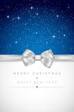 Cartolina di Natale con l'arco d'argento, le stelle brillanti ed il posto per la vostra m. Immagini Stock Libere da Diritti
