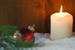 Cartolina di Natale con la candela bruciante Fotografia Stock Libera da Diritti
