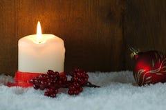 Cartolina di Natale con la candela bruciante Immagini Stock